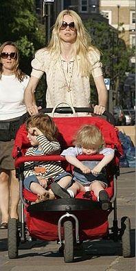 2002 yılından beri evli olduğu İngiliz yapımcı Matthew Vaughn'dan iki çocuğu olan model, hala güzelliğinin zirvesinde...